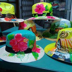 Ya viene EL FESTIVAL VALLENATO, No te quedes sin tu sombrero parrandero. #domicilios #valledupar #festivalvallenato #domirapid  Mas informacion cel 3003325273 Fancy Hats, Cool Hats, Painted Hats, Hand Painted, Sombrero A Crochet, Hat Decoration, Crazy Hats, Fashion Painting, Custom Hats