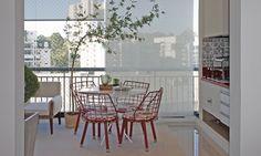 Varanda com mesinha e planta na decoração My House, Windows, Architecture, Home, Design, Portable Bbq Grill, Apartment Balconies, Decks, Arquitetura
