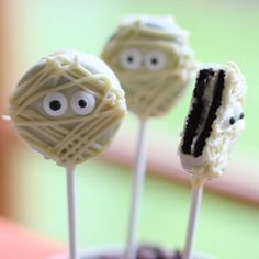 Oreo Pops Looking for a cute and easy Halloween Snacks to make this Halloween? Try these simple Mummy Oreo Pops.Looking for a cute and easy Halloween Snacks to make this Halloween? Try these simple Mummy Oreo Pops. Easy Halloween Snacks, Hallowen Food, Dessert Halloween, Halloween Goodies, Halloween Food For Party, Halloween Recipe, Halloween Halloween, Diy Halloween Videos, Holloween Treats For Kids