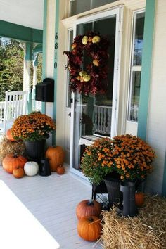 See how to create fabulous fall porch displays using pumpkins, mums, gourds, and fall farmhouse style accessories. Find unique ideas for fall porch decor. Halloween Veranda, Fall Halloween, Halloween Ideas, Scary Halloween, Halloween Rocks, Halloween Stuff, Vintage Halloween, Halloween Party, Autumn Decorating