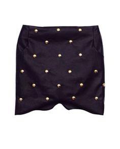 Falda Cross confeccionada en cuero de color negro con motivo de tachuelas de metal en color dorado.Tiene dos bolsillos laterales y cierre de cremallera.Disponible en tres tallas S M L