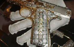 メキシコの麻薬王から押収したゴージャスすぎる黄金・銀・ダイヤモンドの武器