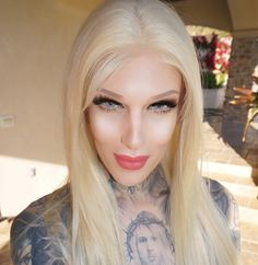 Jeffree Star is an androgynous person, who identifies as male but acts and looks traditionally female. Jeffree Star, Beauty Makeup, Hair Beauty, Eye Makeup, Bleaching Your Hair, Beauty Killer, Star Makeup, Face Hair, Platinum Blonde