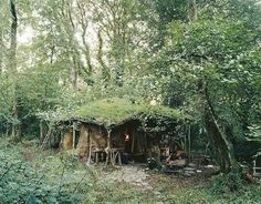 The more skills you discover, the more self reliant you are and the greater your opportunities for survival ended up being. Here we are going to discuss some standard survival skills and teach you the. Earth Homes, Survival Shelter, Earthship, Off The Grid, Cabins In The Woods, Survival Skills, Survival Tips, The Hobbit, Glamping