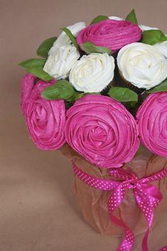 Aujourd'hui est un jour spécial puisque les blogueuses culinaires ont décidé de s'unir contre le cancer du sein en proposant chacune une recette rose afin de sensibiliser à cette cause. Pour ma part, je vous propose ce bouquet de cupcakes rose accompagné de son tutoriel, en hommage à toutes les femmes touchées par cette maladie.