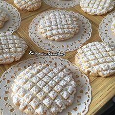 Ağızda dağılan harika bir lezzet Cevizli petek kurabiye 250 gr tereyağ 3yumurta 1 su bardağı sıvıyağ 1 buçuk su bardağı tozşeker 1 buçuk su bardağı ceviz 1paket vanilya 10 gr kabartma tozu 170 gr nişasta 700 gr un Üzeri için pudra şekeri Yapılışı Öncelikle un nişasta hariç bütün malzemeler 20 dk yoğurulur sonra un nişasta ekleyip kıvam alana kadar yoğrulur daha sonra istenilen şekil verilir yağlı kağıt serili tepsiye dizilir ve önceden ısıtılmış 180 derece fırında hafif pemp... Sweet Cookies, Cake Cookies, Moroccan Desserts, Cookie Recipes, Dessert Recipes, Turkey Cake, Recipe Mix, Turkish Recipes, Food Design