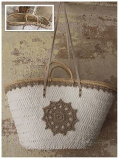 Risultati immagini per capazos decorados con crochet Diy Straw, Diy Bags Purses, Straw Tote, Basket Bag, Summer Accessories, Summer Bags, Cute Bags, Knitted Bags, Mode Style