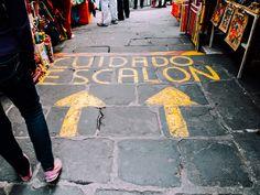 Cuidado, escalón. Un aviso pintado sobre la calle, en el mercado de El Parián, en el centro de Puebla, México.