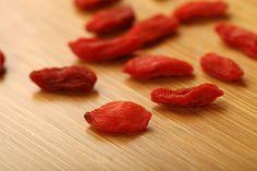 Health Benefits of Goji Berries Kiwi, Goji Berry Recipes, Benefits Of Organic Food, Health Benefits, Genetically Modified Food, Food Insecurity, Healthy Food Options, Big Meals, Eating Organic