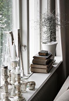 Window Sill Deco - Stylish decoration ideas for the windowsill - Decoration Solutions My Living Room, Living Room Decor, Bedroom Decor, Window Ledge Decor, Room Window, Décor Antique, Antique Books, Vintage Books, Interior Inspiration