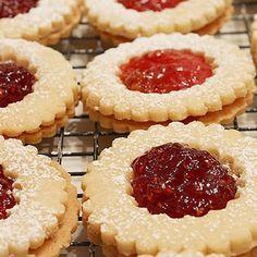 Ez a legporhanyósabb, legomlósabb linzer titka! Hungarian Desserts, Hungarian Recipes, Cookie Recipes, Dessert Recipes, Homemade Sweets, Winter Food, Food Gifts, Diy Food, Food To Make