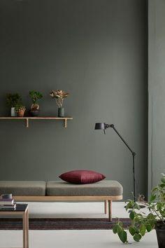 A tendência de sala monocromática e bastante minimalista. Veja essa decor do dia incrível de sala com poucos detalhes e com paleta de cor bem marcante.