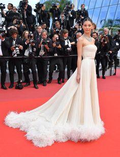celebrity style red carpet gowns Les plus beaux looks du Festival de Cannes 2019 Oscar Dresses, Gala Dresses, Nice Dresses, Dressy Dresses, Party Dresses, Prom Dress, Strapless Dress, Red Carpet Hair, Red Carpet Gowns
