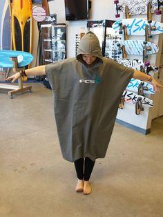 Des serviettes Poncho en chamois de chez FCS! Avec ça, vous pouvez aisément vous sécher, vous changer ou juste vous réchauffer après votre activité de sport aquatique! Disponible en magasin et bientôt en ligne! maeva surf