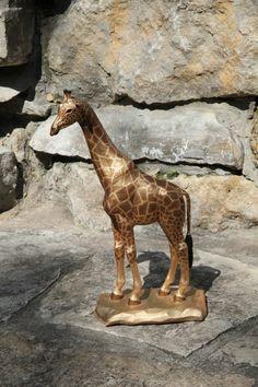 Жираф изготовлен из дерева липы, покрыт акрилом.