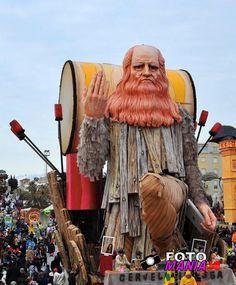 """Carnevale di viareggio 2012-seconda categoria""""Cervelli in fuga (saluti e baci)"""""""