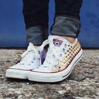 Compra delle scarpe normali e personalizzale applicando delle borchie, farai un figurone!  #regalo #scarpe #personalizzate