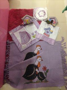Kit cozinha lilás: jogo com dois tapetes, 1 jogo americano, 1 pano de prato, 1 porta pano, 1 jogo com 5 toalhinhas de crochê, 1 enfeite de porta de sala. 150,00