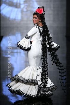 Pompons cascading down all the way to the floor. Large comb and single rose. Flamenco Dancers, Flamenco Dresses, Spanish Woman, Gypsy Women, Spanish Fashion, Easy Sewing Patterns, Mermaid Gown, Dance Costumes, African Fashion