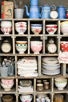 I love the collection of bowls and dishes, i would love to have my crockery displayed like this.