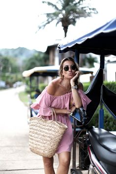 I am certain that my summer wardrobe will be full of off-the-shoulder pieces, I think I am slightly obsessed … I love bare shoulders! Summer Chic, Spring Summer Fashion, Winter Fashion, Pink Fashion, Fashion Outfits, Fashion Trends, Winter Outfits, Summer Outfits, Handmade Clothes