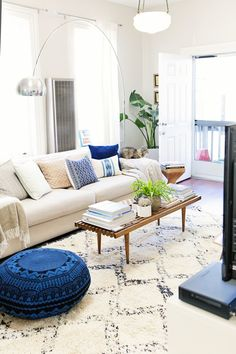 Gorgeous rug, bench, pouf and lamp combo. Alison's Collected and Curated Apartment, apartmenttherapy.com