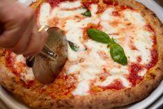 """Pizza, impasto, nome, il gioco è fatto. Stasera da Roma parte il Rosso Tour 2015 """"Integralmente Mia"""" che in diverse tappe accompagnerà la pizza napoletana fino all'Expo. È un'iniziativa di  >>"""