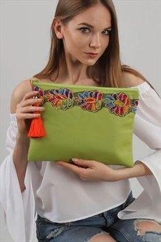 Best 12 Kadın Turkuaz Mozaik Desenli Üç Parçalı Vegan Clutch – SkillOfKing.Com Pochette Diy, Blue Handbags, Prada Handbags, Handbags Online, Embroidery Bags, Indian Embroidery, Diy Bags Purses, Boho Bags, Jute Bags