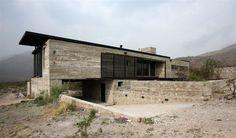 Un banché animé... Le néo mur de pierres? a noter: vantaux coulissants en applique  Casa en Villa Cielo / Estudio M + N