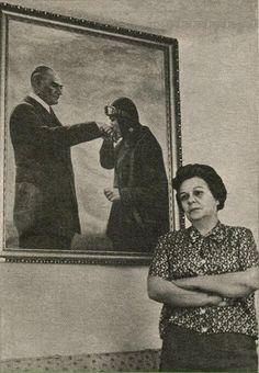 İlk kadın savaş pilotu Sabiha Gökçen, evinin salonunda en sevdiği tablonun önünde.