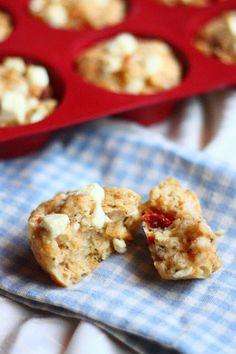 Suolaiset muffinit fetajuustolla ja aurinkokuivatuilla tomaateilla