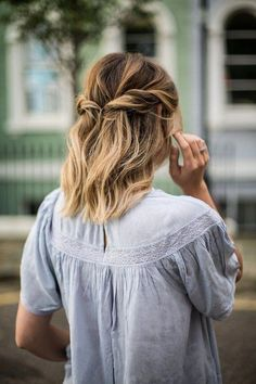 check out these 13 mesmerizing spring hairstyles for short hair. All of these are great for the spring season and inspired from spring the celebrities. 12 Mesmerizing Spring Hairstyles for Short Hair 2018 to try in the spring. Front Hair Styles, Short Hair Styles Easy, Medium Hair Styles, Curly Hair Styles, Hair Front, Prom Hairstyles For Short Hair, Easy Updo Hairstyles, Spring Hairstyles, Girl Hairstyles
