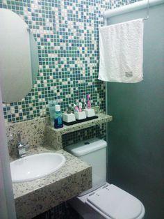 ganhando espaço no banheiro. Banheiro pequeno