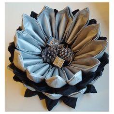 Centro de mesa con servilletas de papel. Pinchando sobre la imagen podrás acceder a un tutorial donde se explica la técnica para hacer los pétalos de esta flor).