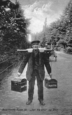 Portret van de chocoladeventer Jan Kwatta in een straat te Baarn.1905-1910 fotograaf Voskuyl