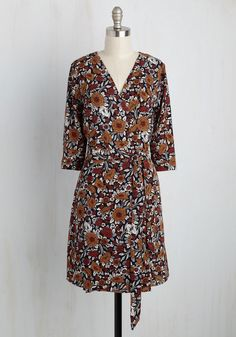 You're a quick one - always witty, brilliant, and, by wearing this patterned wrap dress, smartly styled, as well! From the moment you tie the sash of this dress - completing the finishing touch before flaunting its 3/4-length sleeves and pumpkin and rust-red flowers - you denote yourself as a woman who's both bright and bold.