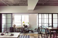 陽が差し込む窓際には、インナーテラス。スチールサッシで空間を仕切る。インナーテラスの床はモルタル仕上げ。LDのパーケット。
