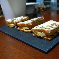 Sandwich de foie-gras y mango con pan de especias