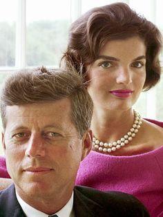 President John F. Kennedy & First Lady Jackie Kennedy. Estilo Jackie Kennedy, Les Kennedy, John Kennedy Jr, Jfk Jr, Jacqueline Kennedy Onassis, Jaqueline Kennedy, John Fitzgerald, American Presidents, Jolie Photo