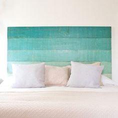 tete-de-lit-en-palette-motif-bord-de-mer-ombré-couleur-bleue-linge-de-lit-blanc-et-beige