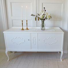 Vackert vitt sideboard