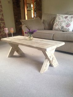 Wooden Pallet Furniture Coffee table enhancing ideas can turn that chaotic tabletop into a style feature to be pleased with. Enjoy the best designs for Diy Table Top, Diy Coffee Table, Coffee Table Design, Diy Pallet Projects, Furniture Projects, Diy Furniture, Business Furniture, Outdoor Furniture, Furniture Stores