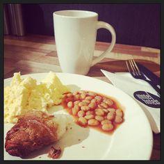 Piepklein #hotelontbijtje; ei bonen in tomatensaus en een stukje croissant. En koffie natuurlijk! ;-) #eten #gezondheid #dieet
