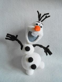 """Crochet Olaf """"Frozen"""" PATTERN in english and polish. PATTERN included 27 pages with 36 Olaf's and parts' of Olaf photo. SIZE: Olaf measures around 40 cm. This Olaf is not hard to make if you know all the basic crochet terms: Crochet Olaf, Frozen Crochet, Crochet Disney, Crochet Amigurumi, Cute Crochet, Crochet Crafts, Crochet Yarn, Yarn Crafts, Crochet Toys"""