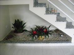 Jardim sob escadas.  Fotografia: www.decorfacil.com
