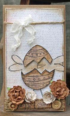 une carte de Pâques en carton décorée de fleurs en papier et un ruban