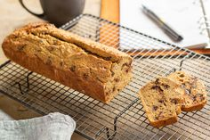 Recette de Cake à l'okara et pépites de chocolat {super healthy & anti-gaspi !} à réaliser avec le Thermomix TM6, TM5 ou TM31. Thermomix Desserts, Dessert Recipes, Blog Thermomix, Healthy Treats, Healthy Recipes, Sans Gluten, Gluten Free, Banana Bread, Biscuits