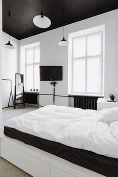 Mooie zwartwit combinatie met leuke lampen, Ikea kledingrekje en een multifunctioneel bed met veel opbergruimte (altijd handig)! #myIKEAbedroom