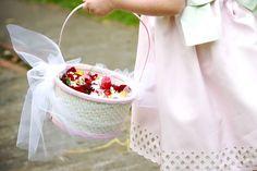 Süße Blumenkinder mit Blumenkörbchen sind auf einer Hochzeit unverzichtbar...