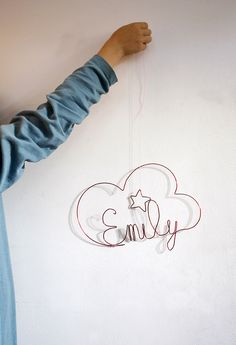 An easy decoration to do, if you use a soft wire. A while ago we made a cloud for the little Stella. Una decoración fácil de hacer,...